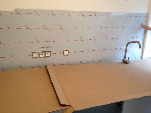 Plakinox installation pose d 39 une cr dence plaque en inox - Installer credence cuisine ...
