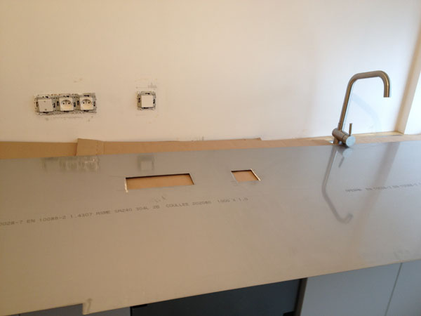 plakinox installation pose d 39 une cr dence plaque en inox. Black Bedroom Furniture Sets. Home Design Ideas